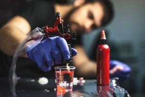 tatuatore-al-lavoro-con-il-colore-300x200
